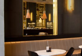 Magnum 4202 pendants in naturel boven de bar van café-restaurant de Plantage